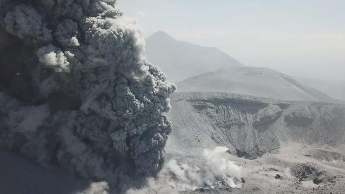 Извержение вулкана Симмоэ в Японии с дрона