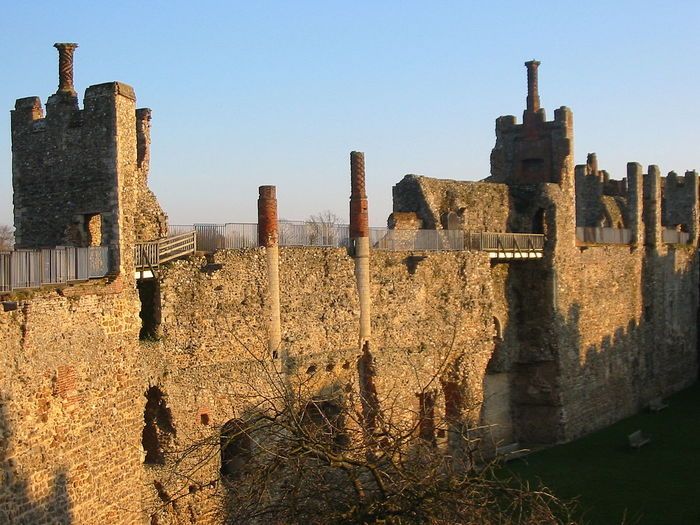 1200px-Framlingham_Castle_walls_and_buildings_2005-02_10 (700x525, 94Kb)