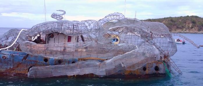 гигантский кракен на корабле арт-объект для дайверов