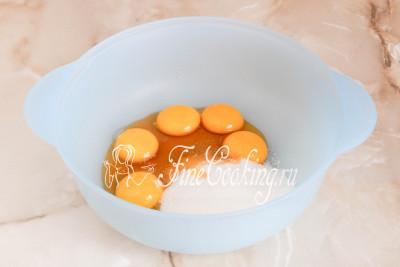 В другую посуду перекладываем яичные желтки, добавляем к ним оставшиеся 130 граммов сахарного песка и две столовые ложки натурального меда/5177462_biskvitnyjtortschernoslivomigreckimiorehami56dac7b37c607 (400x267, 21Kb)