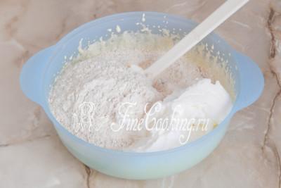 Добавляем к желтковой основе сухую смесь из шага 4 (мука, орехи, разрыхлитель и ванилин) и примерно пятую часть взбитых белков/5177462_biskvitnyjtortschernoslivomigreckimiorehami56dac7b37d223 (400x267, 25Kb)
