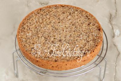 Так как крем у нас будет жидковатым (нам так и надо), лучше всего прослаивать торт на решетке/5177462_biskvitnyjtortschernoslivomigreckimiorehami56dac8895bf28 (400x267, 44Kb)