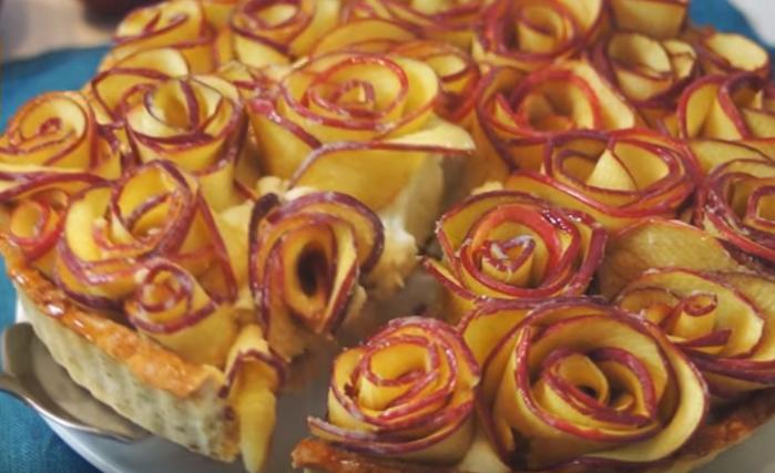 Удивительный пирог с яблоками розочками