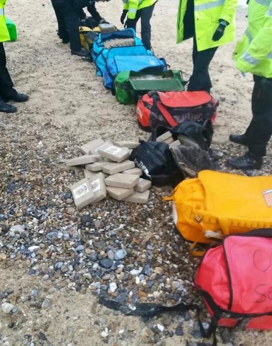 Британец нашел на пляже кокаин и попытался его продать