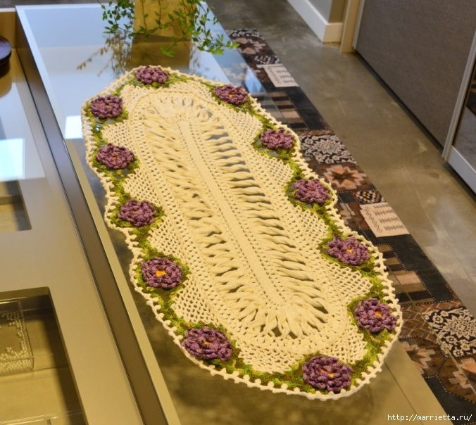 Крючком. Овальная салфетка с сиреневыми цветами (2) (676x604, 289Kb)