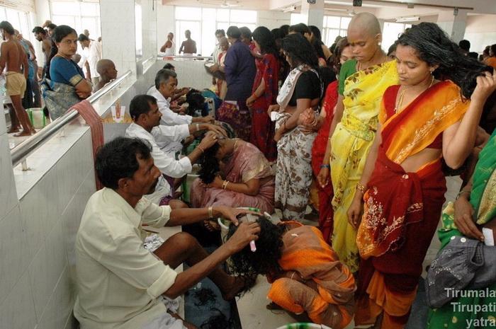 в храмах индии стригут прихожанам волосы 5 (700x465, 319Kb)