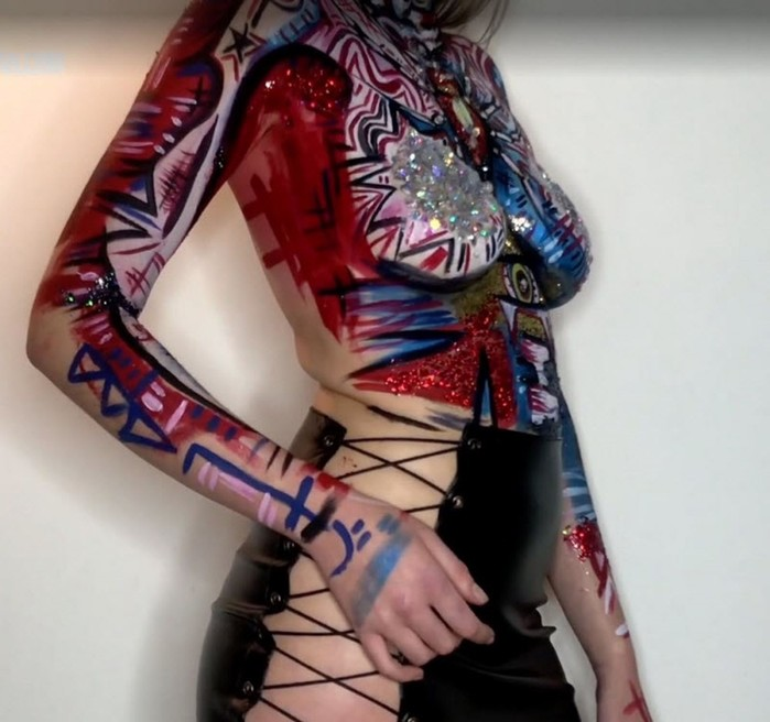 Блестки, краска и голое тело: оригинальный костюм на Хэллоуин