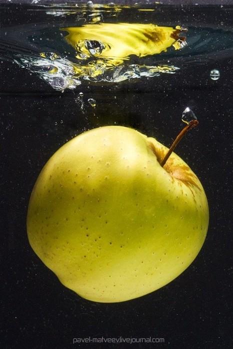 Вода и фрукты— динамичные фотографии