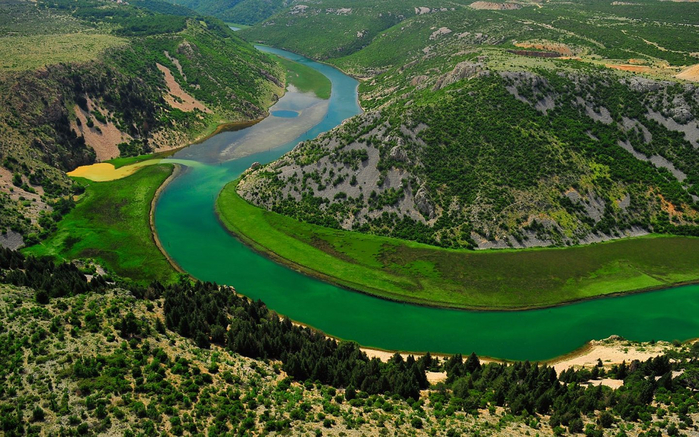 Zrmanja-River-with-turquoise-blue-water-in-Croatia-landscape-photo-1920x1200-1440x900 (700x437, 467Kb)