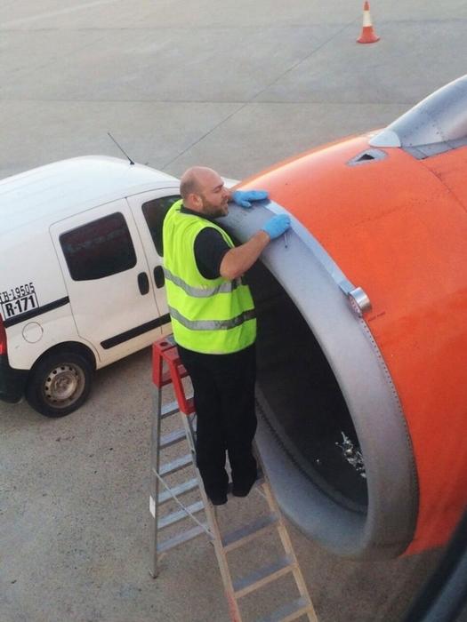 самолет Easyjet чинят изолентой/4171694_ (525x700, 219Kb)