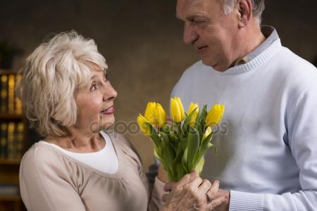 depositphotos_124022250-stock-photo-elderly-people-holding-tulips (450x300, 18Kb)