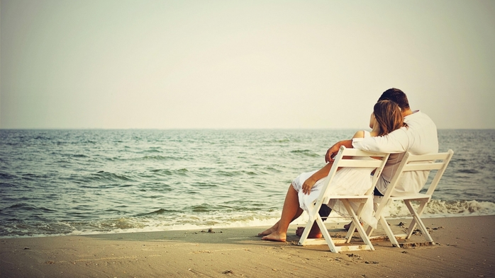 3424885_romanticcoupleseatingonbeach (700x393, 176Kb)