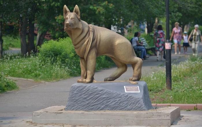 На одной из улиц Братска стоит памятник, в котором прослеживаются черты овчарки