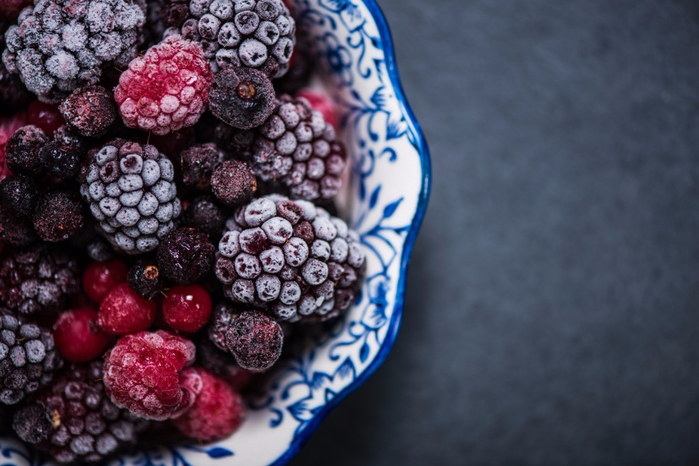 bowl-with-frozen-black-forest-fruits-picture-id616232138 (700x466, 309Kb)