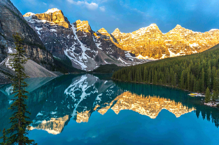 Banff-National-Park-Canadian-Rockies-Mountains-reflecting-in-calm-lake-at-sunrise.-Image-by-janetteasche-Getty (700x465, 538Kb)