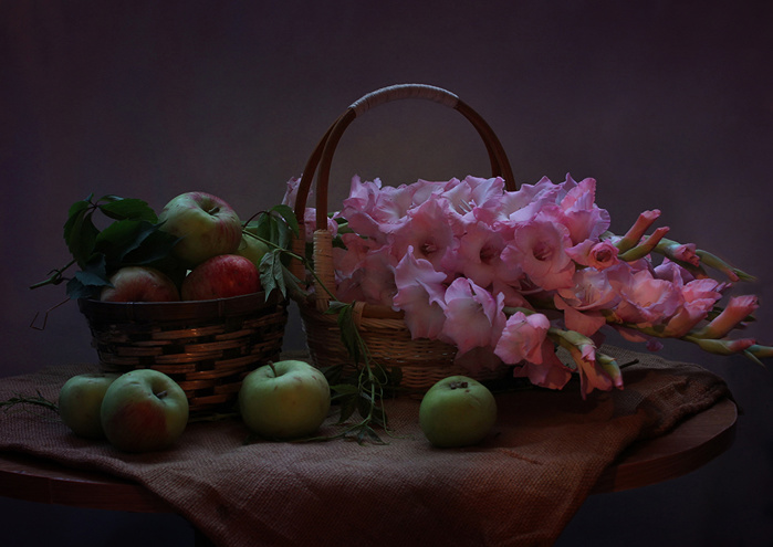 Still-life_Apples_Gladioluses_Wicker_basket_Pink_539687_1280x906 (700x495, 114Kb)