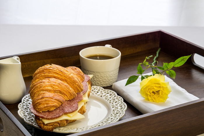 Croissant_Coffee_Sandwich_Sausage_Cheese_Roses_542428_1280x853 (700x466, 138Kb)