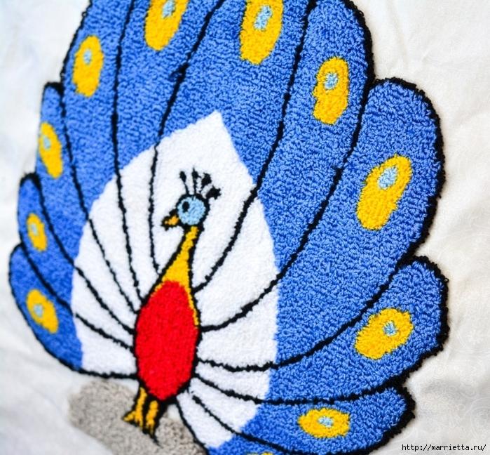 Павлин в технике ковровая вышивка (2) (700x648, 431Kb)