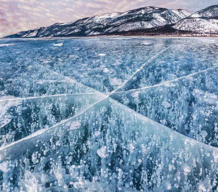 I-Walked-On-Frozen-Baikal-The-Deepest-And-Oldest-Lake-On-Earth-To-Capture-Its-Otherworldly-Beauty-Again-5abcb4b1b983c__880 (700x615, 634Kb)