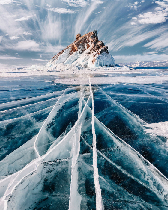 I-Walked-On-Frozen-Baikal-The-Deepest-And-Oldest-Lake-On-Earth-To-Capture-Its-Otherworldly-Beauty-Again-5abcb449b51c0__880 (560x700, 537Kb)