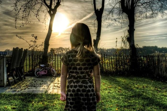 Увели на пустырь на глазах у взрослых: ищут подростков, которые домогались маленькой девочки
