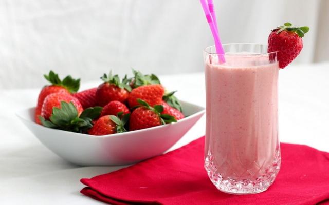 Вкусные молочные коктейли/3740351_molochnyjkoktejlsklubnikoj_1_ (640x400, 63Kb)