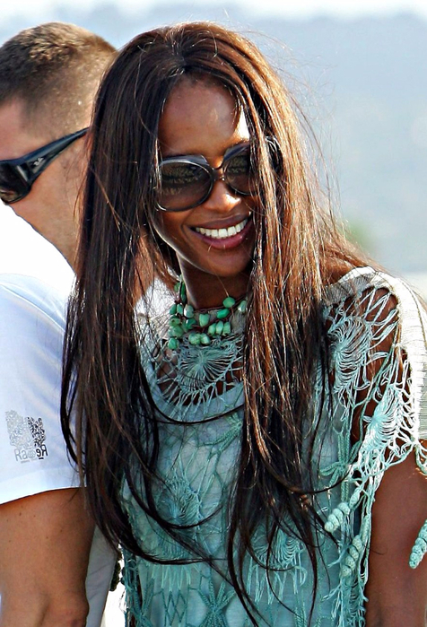 50357_Naomi_Campbell_on_holiday_in_Saint_Tropez_07_122_716lo (476x700, 426Kb)
