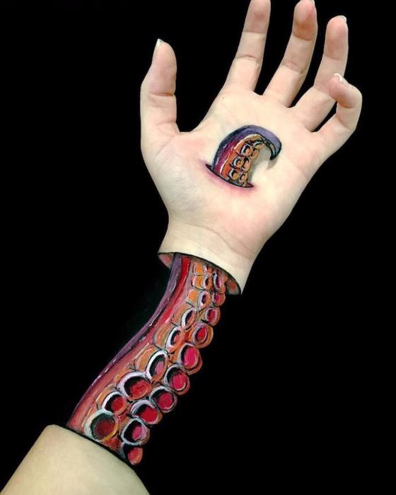 боди арт на руках Лиша Симпсон 2 (560x700, 163Kb)