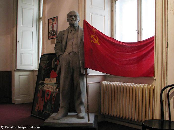 музей коммунизма в праге 3 (700x525, 384Kb)