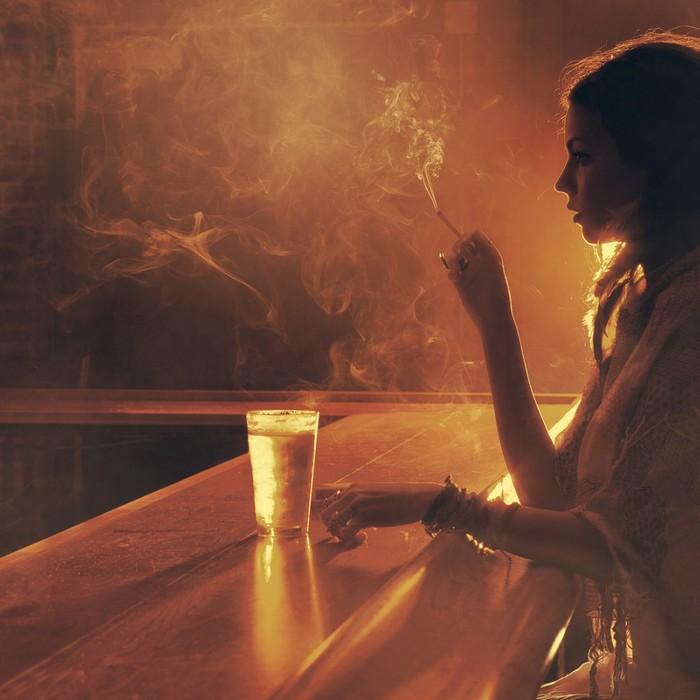 devushka-bar-stakan-sigareta (700x700, 81Kb)