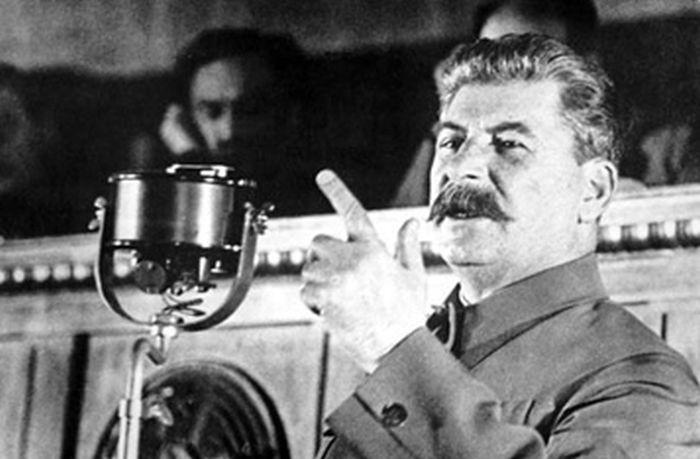 stalin_02 (700x459, 123Kb<br /> <br />     За время Сталинского руководства, в течение 30 лет, аграрная, нищая, зависимая от иностранного капитала страна превратилась в мощнейшую военно-индустриальную державу мирового масштаба, в центр новой социалистической цивилизации. Нищее и неграмотное население царской России превратилось в одну из грамотнейших и образованнейших наций в мире. Политическая и экономическая грамотность рабочих и крестьян к началу 50-х годов не только не уступала, но и превосходила уровень образованности рабочих и крестьян любой развитой страны в то время. Численность населения Советского Союза увеличилось на 41 миллион человек.<br /> <br />     При Сталине было построено более 1500 крупнейших индустриальных объектов, в том числе ДнепроГЭС, Уралмаш, ХТЗ, ГАЗ, ЗИС, заводы в Магнитогорске, Челябинске, Норильске, Сталинграде. В то же время за последние 20 лет демократии не построено ни одного предприятия такого масштаба.<br />