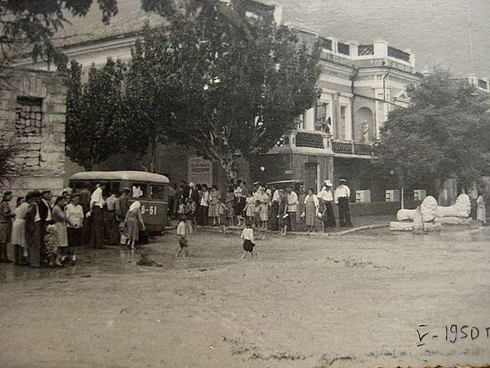 Феодосия. У картинной галереи. 1950 (700x525, 659Kb)