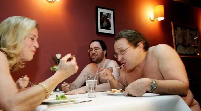 Ресторан для голых людей в Лондоне с обнаженными официантами