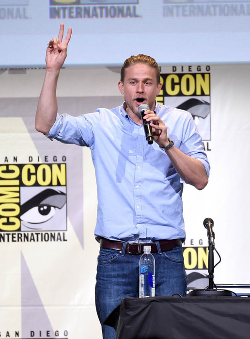 charlie-hunnam-comic-con-25jul16-02 (516x700, 305Kb)
