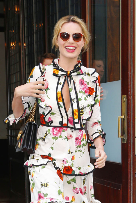 margot-robbie-floral-28jul16-01 (468x700, 373Kb)