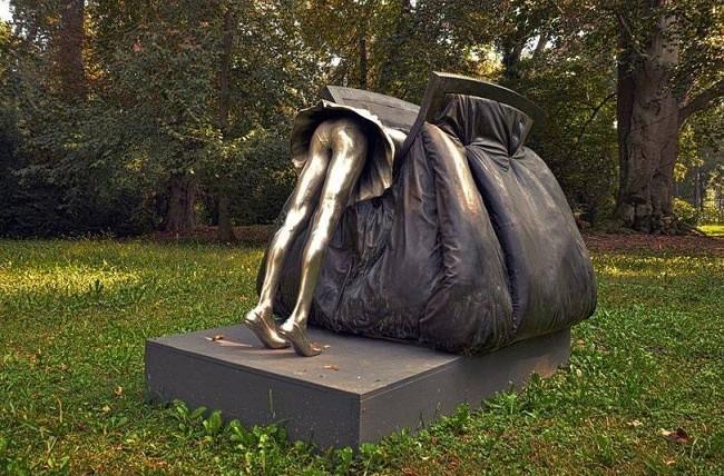 памятник женской сумочке (650x428, 123Kb)