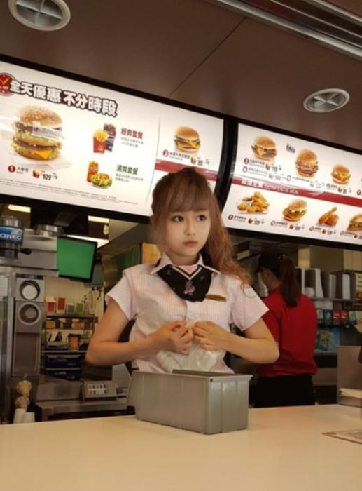Пользователи Сети назвали жительницу Тайваня самой красивой работницей McDonalds