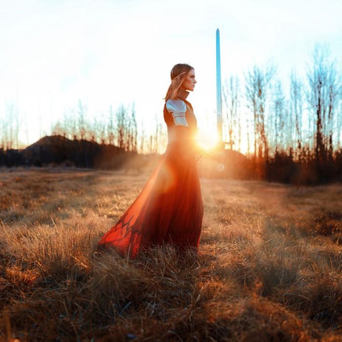Женщины в образе древних рыцарей времён короля Артура