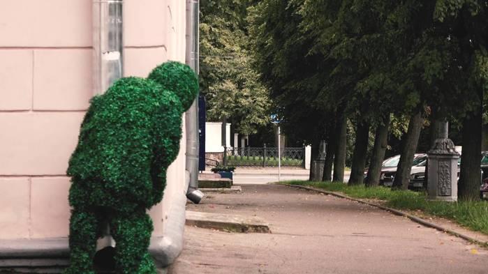 minskie-priklyuchenija-cheloveka-kusta-ispugannye-prohozhie-i-osvezhayuschii-fon (700x393, 42Kb)
