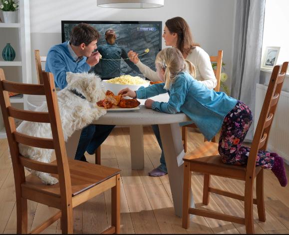 семья смотрит телевизор (579x471, 612Kb)