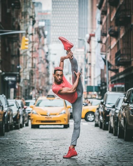 Фотограф выводит профессиональных танцоров на улицу и просит не стесняться