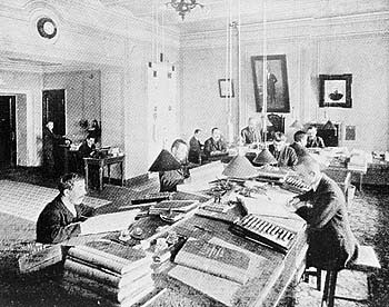 Служащие в конторе фабрик Товарищества мануфактур, основанных И.И.Скворцовым. 1910-е гг. (350x276, 80Kb)