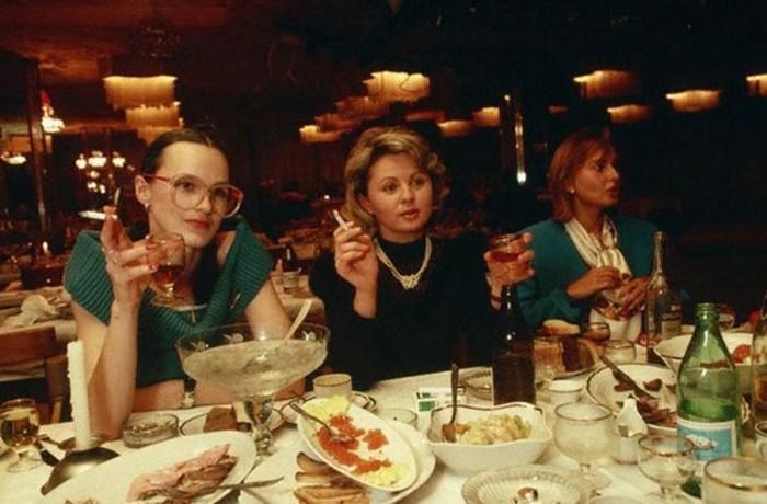 Советская женщина в ресторане— как жили в СССР