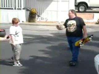Толстый папа учит кататься на скейте (видео)