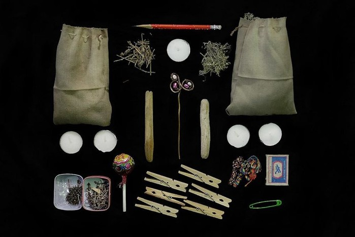 Фотограф выяснил, что носят в сумочках россиянки
