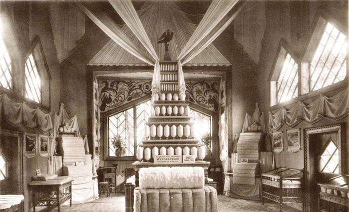внутренний вид павильона товарищества мануфактур основанных И,И. Скворцовым на земской выставке в Костроме в 1913 г. к 300 летию дома Романовых. (700x424, 352Kb)