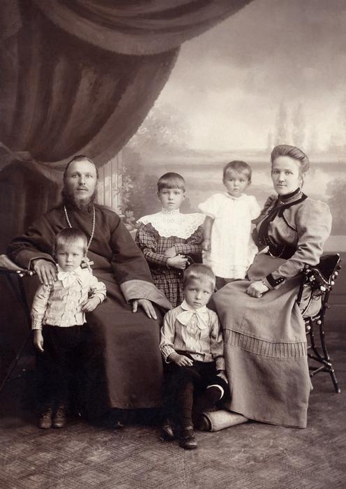 Семья священника Свято-Всехскорбященского храма о.Иоанна Симановского. (496x700, 271Kb)
