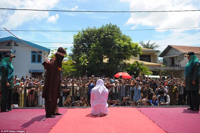 публичная порка в индонезии 1 (700x465, 372Kb)