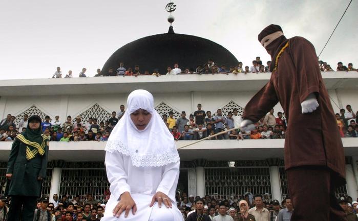 публичная порка в индонезии 9 (700x431, 291Kb)