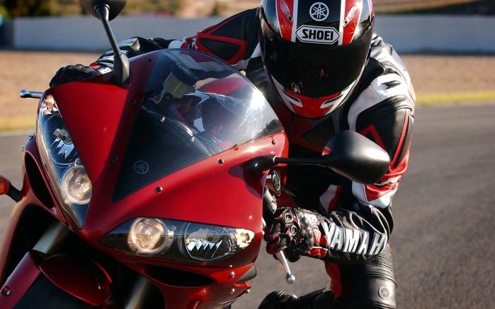 3085196_703944_mototsiklist_na_krasnoy_yamahe (700x437, 232Kb)